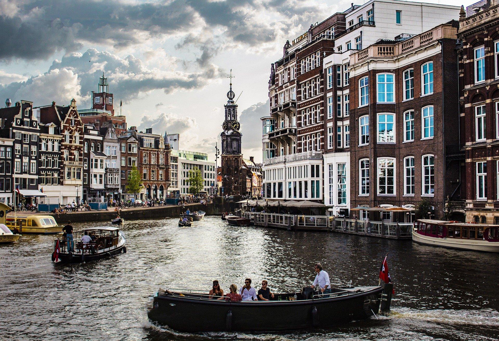 Нидерланды отменят почти все ограничения по COVID-19