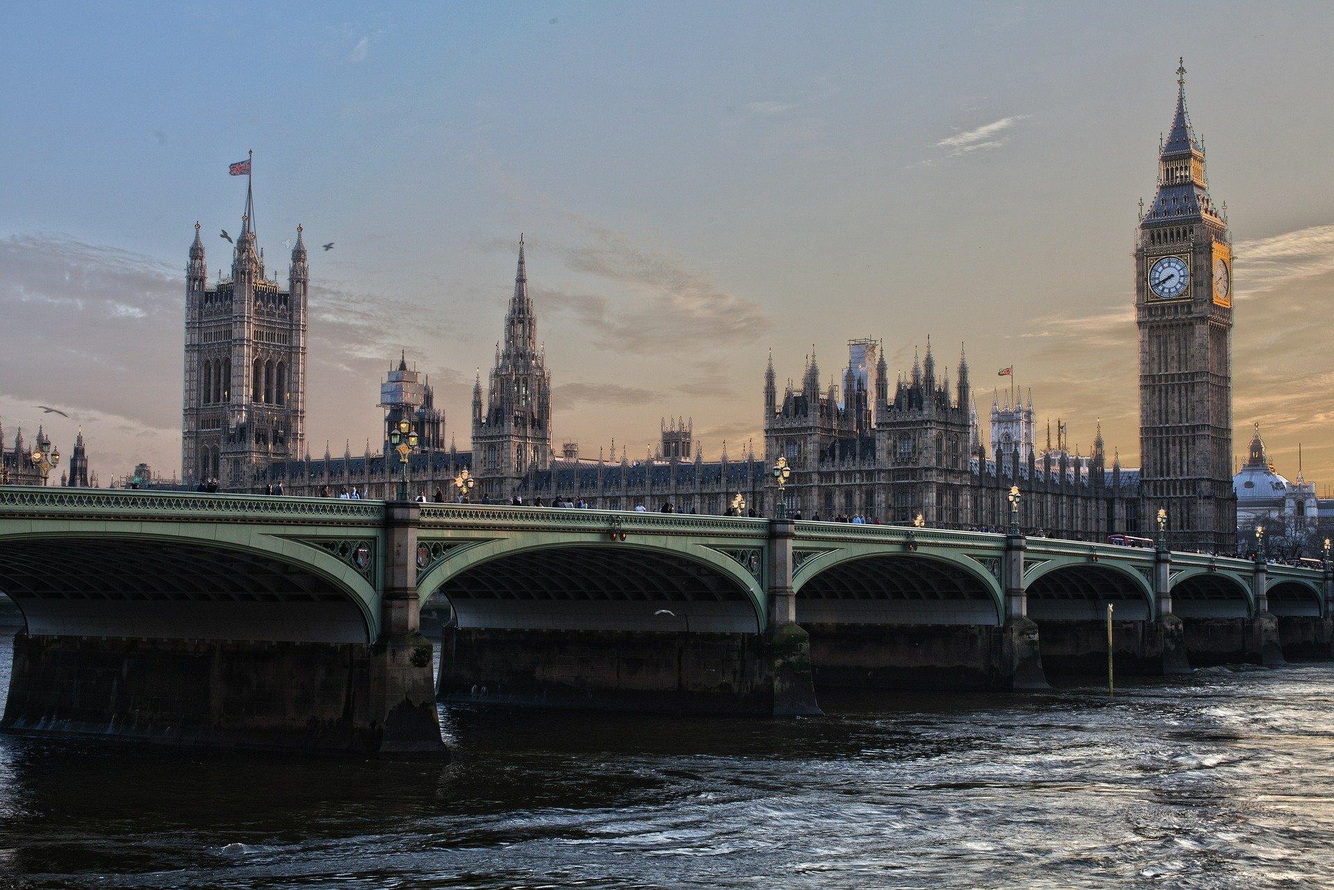 Британское правительство 19 июля отменит основные ограничения покоронавирусу